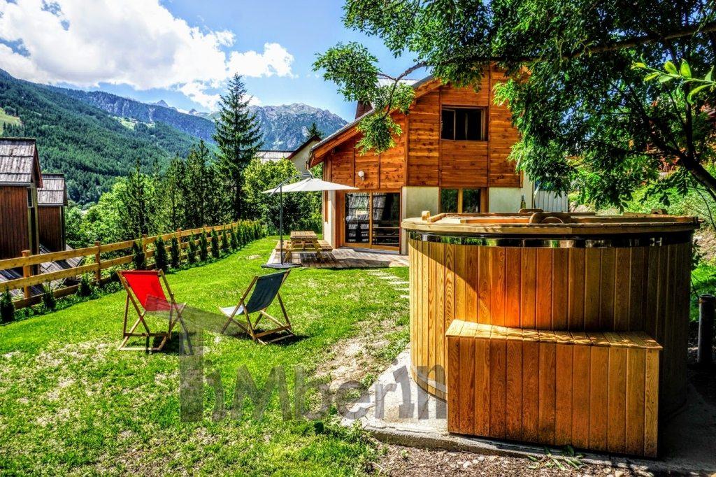 Hot tub et chalet en bois en France